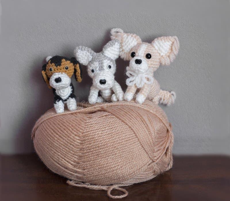 Amigurumi, petits chiens mignons faits du crochet image stock
