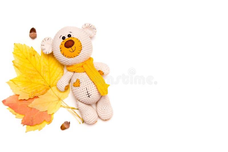 Amigurumi stack nallebjörnen med höstsidor som isolerades på vit fotografering för bildbyråer