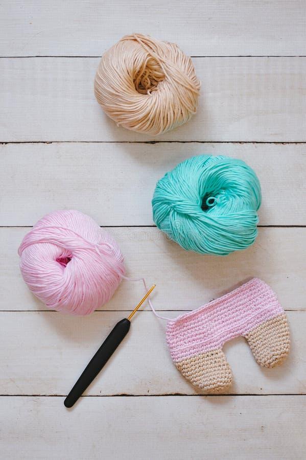 Amigurumi tricotant dans le processus photographie stock