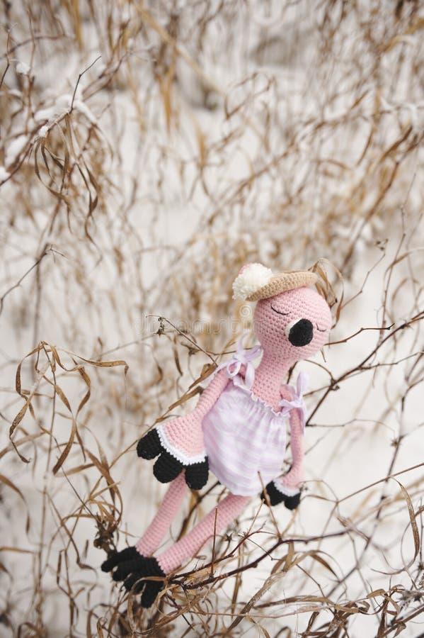 Amigurumi zabawka flamingi różowią dosypianie obrazy stock