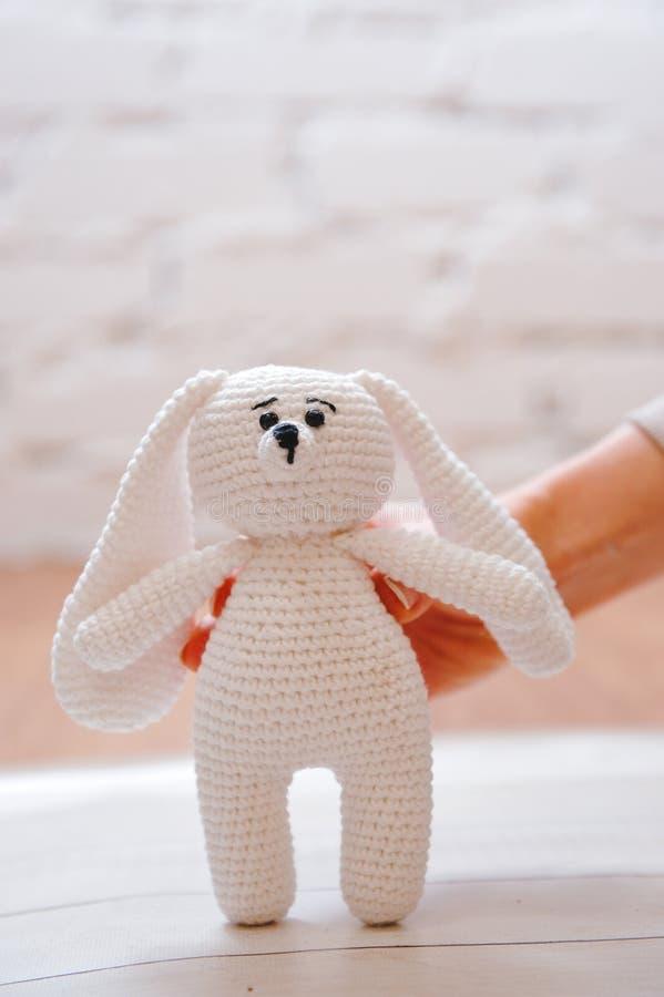 Amigurumistuk speelgoed Konijn stock afbeelding