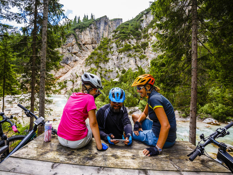 Amily cykelritter i bergen arkivfoton