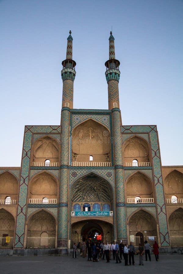 Amir Chakhmaq komplex under en sommarafton Det är en moské som lokaliseras på en fyrkant av det samma namnet och en viktig gränsm royaltyfri fotografi