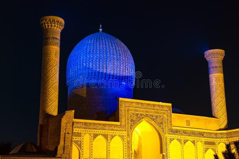 Amir gur-e mausoleum van Timur bij nacht - Samarkand, Oezbekistan stock foto's