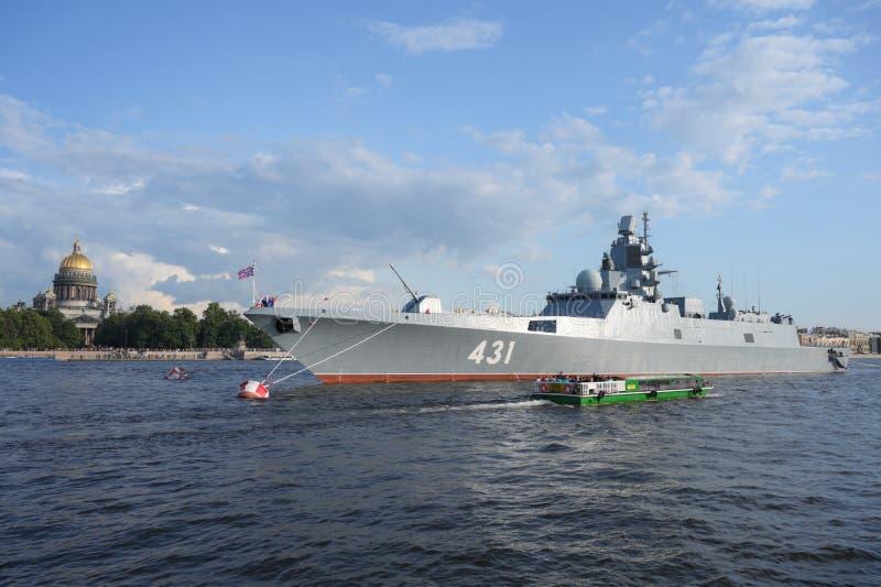 Amiral russe Kasatonov de frégate de marine sur la rivière de Neva au centre de St Petersburg, Russie, le 20 juillet 2019 photos stock