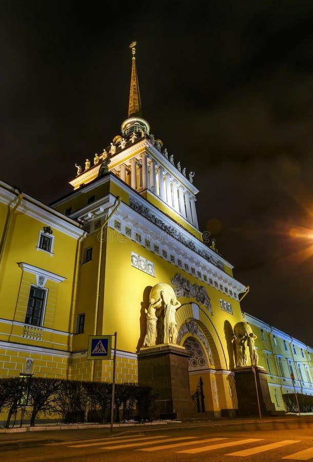Amiralitetet tornspira på natten, sikt underifrån, siktspunkt St Petersburg vinter arkivfoton