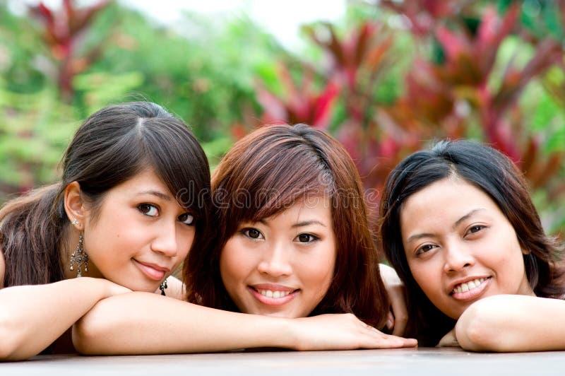 Amis à l'extérieur photo libre de droits