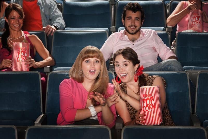 Amis à un théâtre photo libre de droits