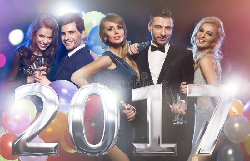 Amis élégants heureux à la veille du ` s de nouvelle année photographie stock libre de droits