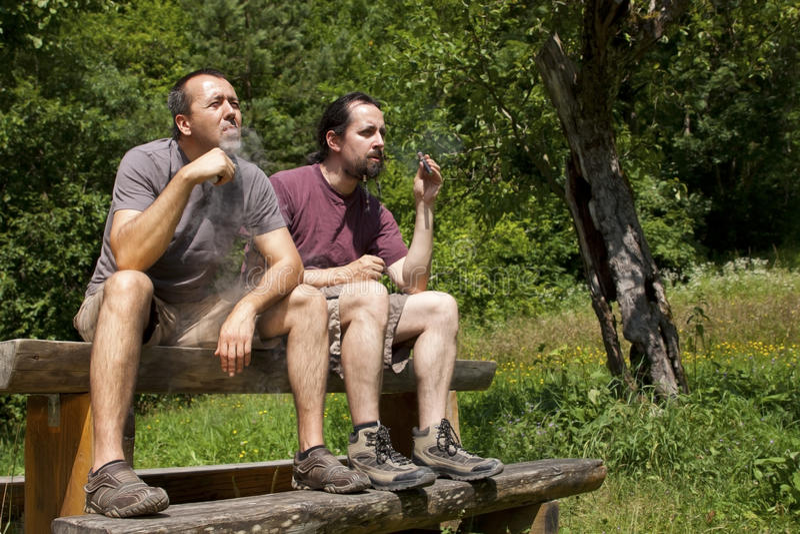 2 amis évaporent l'e-cigarette en nature photos stock