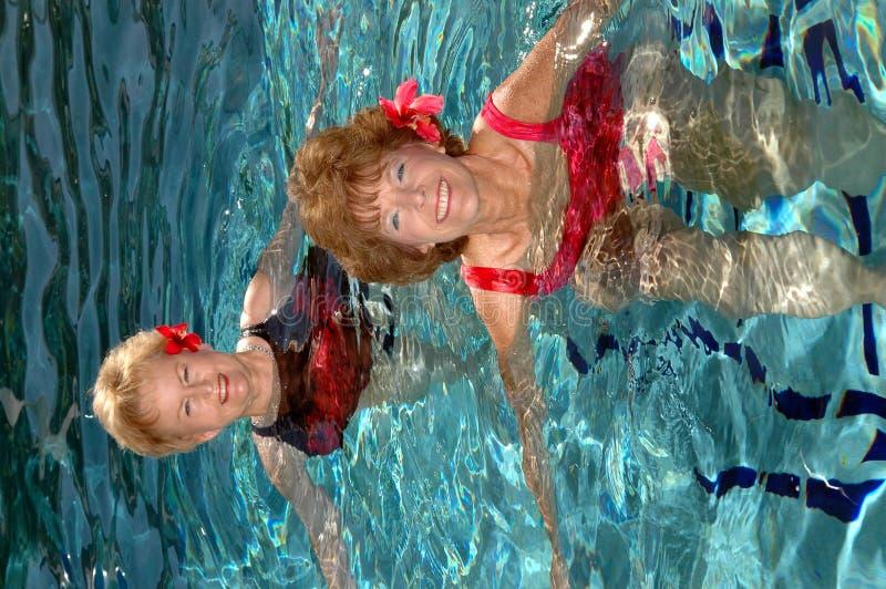Amis aînés nageant photographie stock libre de droits
