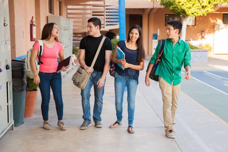 Amis adolescents dans un couloir images stock