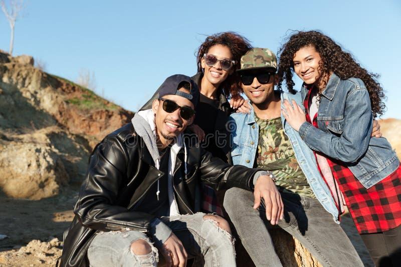 Amis africains de sourire marchant dehors sur la plage photographie stock libre de droits
