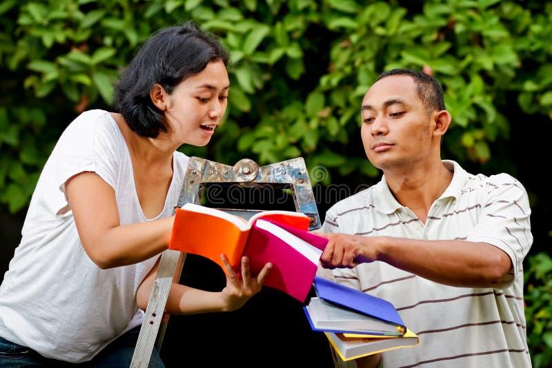 Amis asiatiques discutant l'étude photo stock