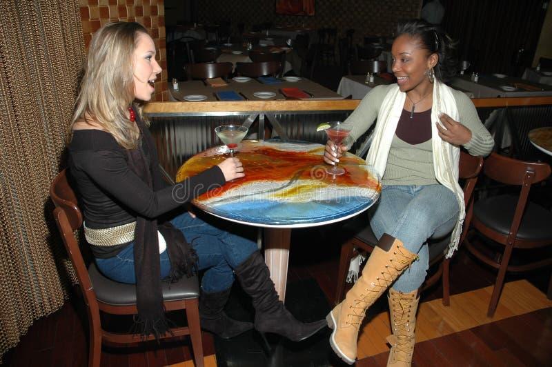 Amis au bar photo libre de droits