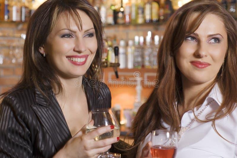 Amis au bar photos libres de droits