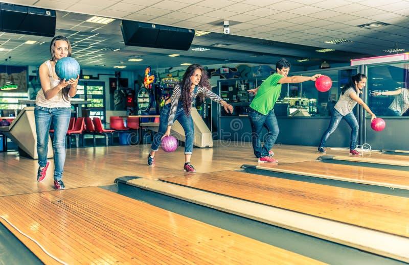 Amis au bowling photos stock