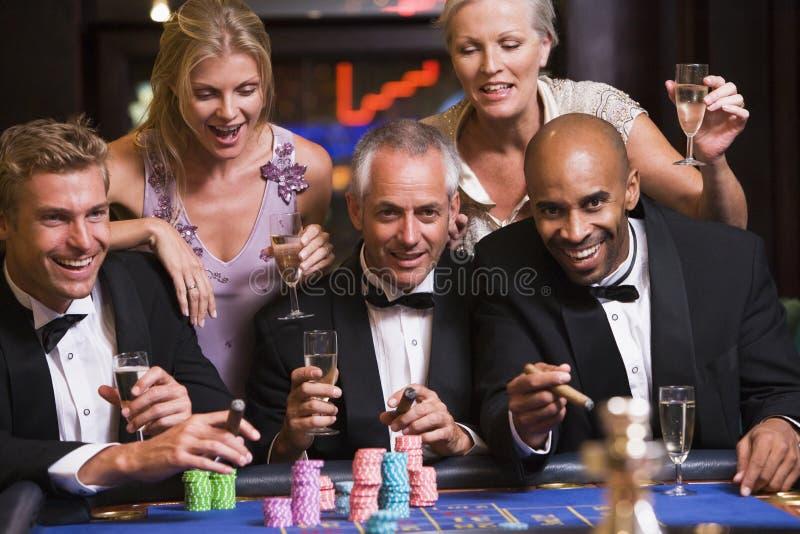 Amis au casino image libre de droits