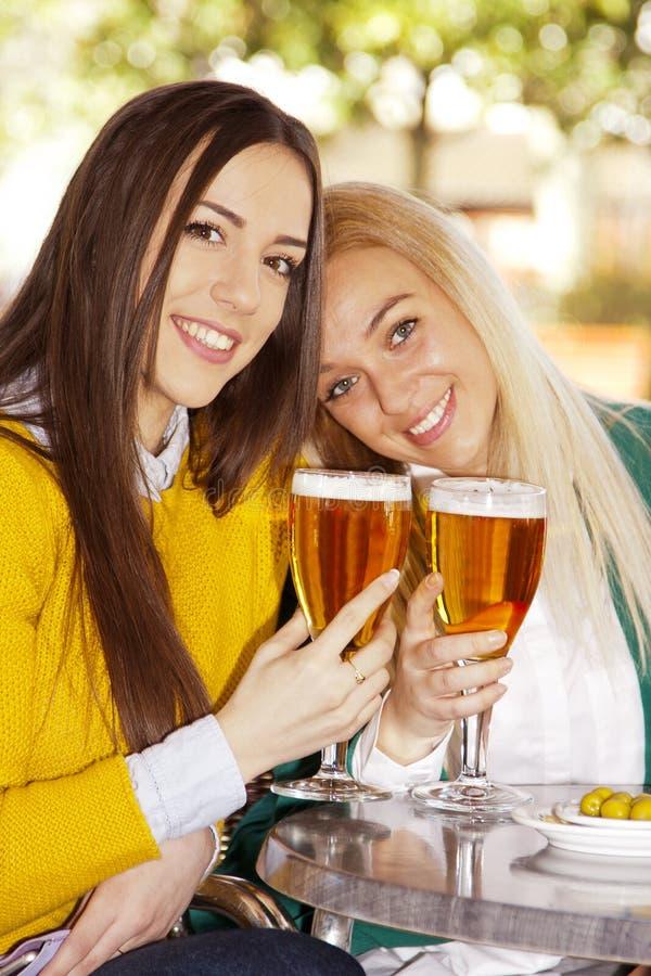 Amis avec des bières photo stock