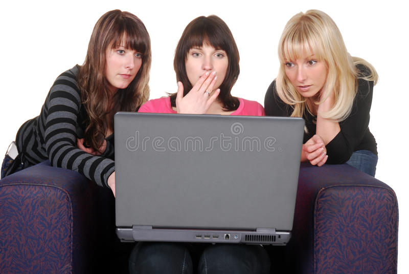 Amis avec l'ordinateur portatif images libres de droits