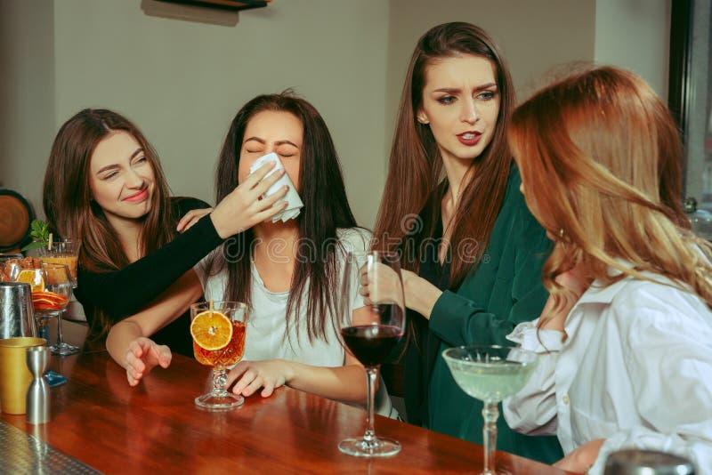 Amis ayant des boissons à la barre photo libre de droits