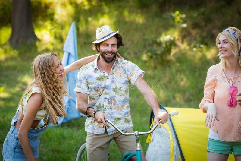 Amis ayant l'amusement ensemble au terrain de camping photo libre de droits