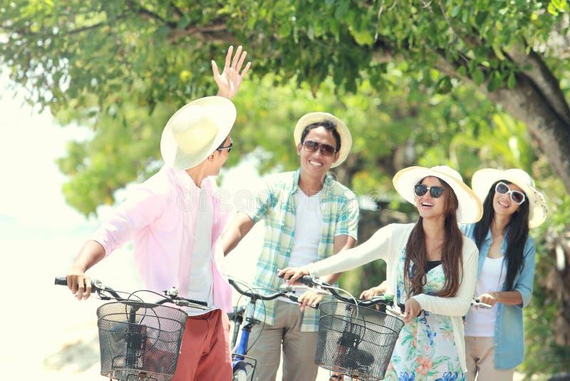 Amis ayant la bicyclette d'équitation d'amusement ensemble photographie stock