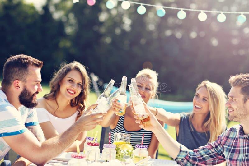 Amis ayant la partie de barbecue dans l'arrière-cour photographie stock