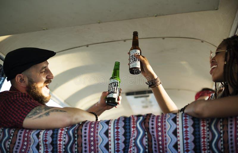 Amis buvant des bières d'alcool ensemble images stock