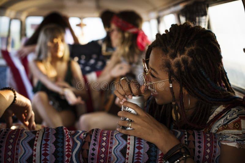 Amis buvant des bières d'alcool ensemble sur le voyage de voyage par la route photos libres de droits