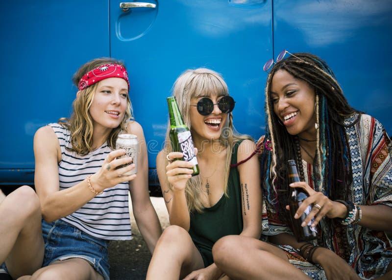 Amis buvant des bières d'alcool ensemble sur le voyage de voyage par la route images stock