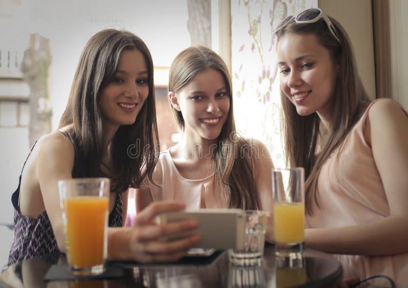Amis buvant du jus d'orange photos libres de droits