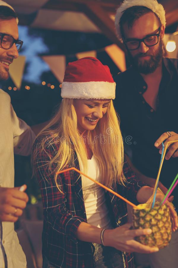 Amis buvant le cocktail à la partie de nouvelle année images libres de droits