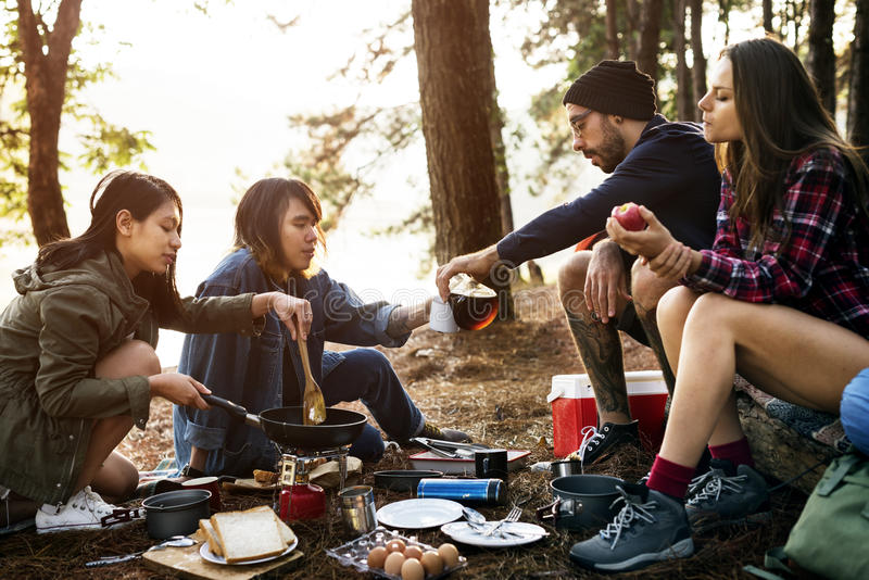 Amis campant mangeant le concept de nourriture images libres de droits