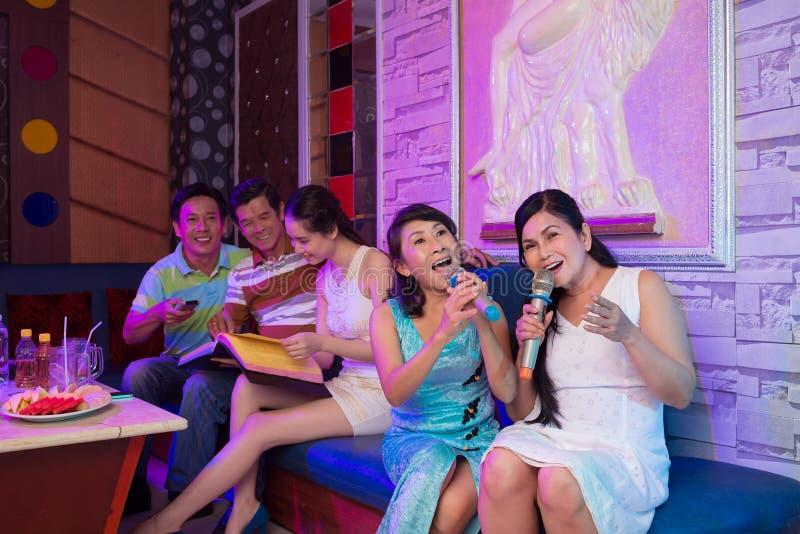 Amis chanteurs images libres de droits
