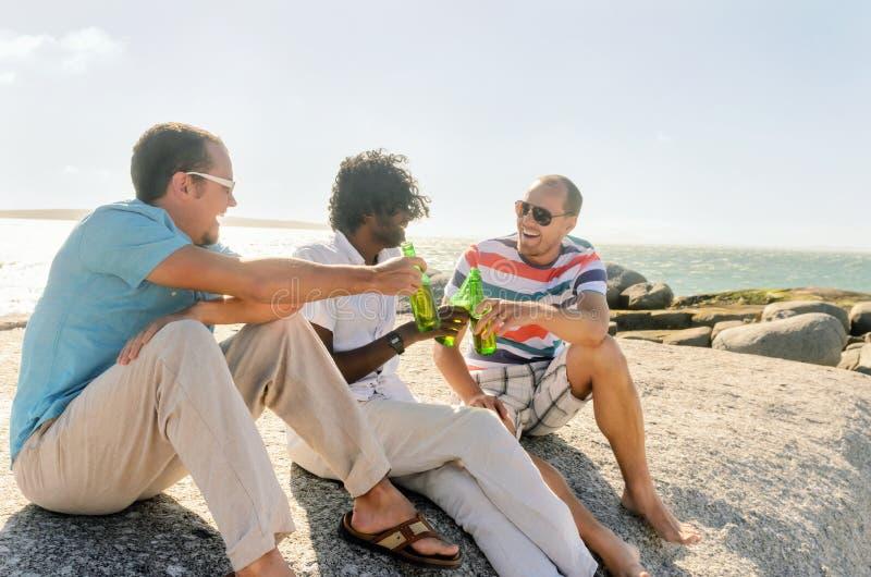 Amis détendant avec des bières photo libre de droits