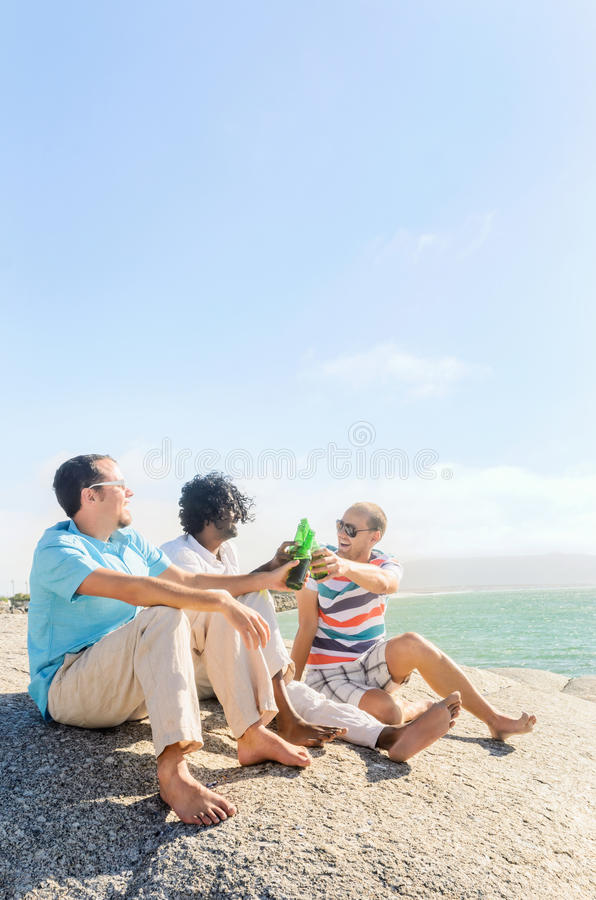 Amis détendant avec des bières images libres de droits