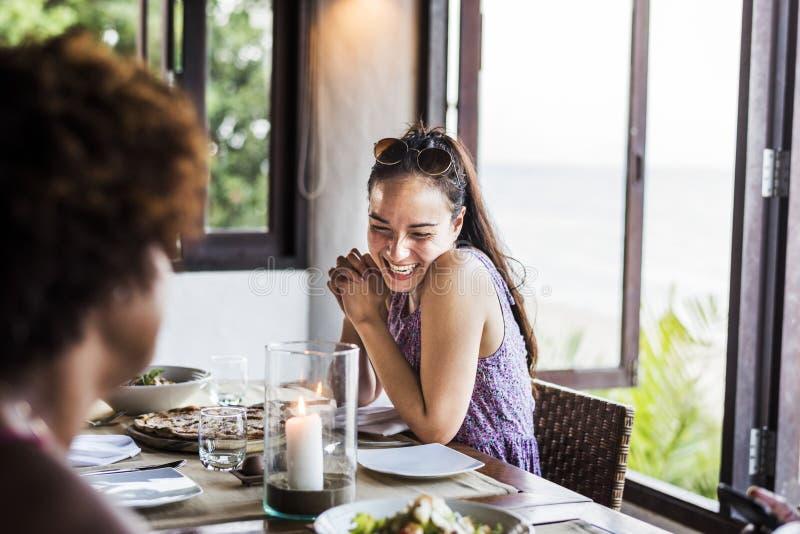 Amis dînant à un restaurant photographie stock