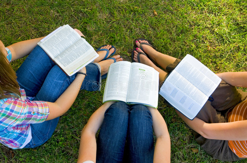 Amis d'étude de bible image libre de droits