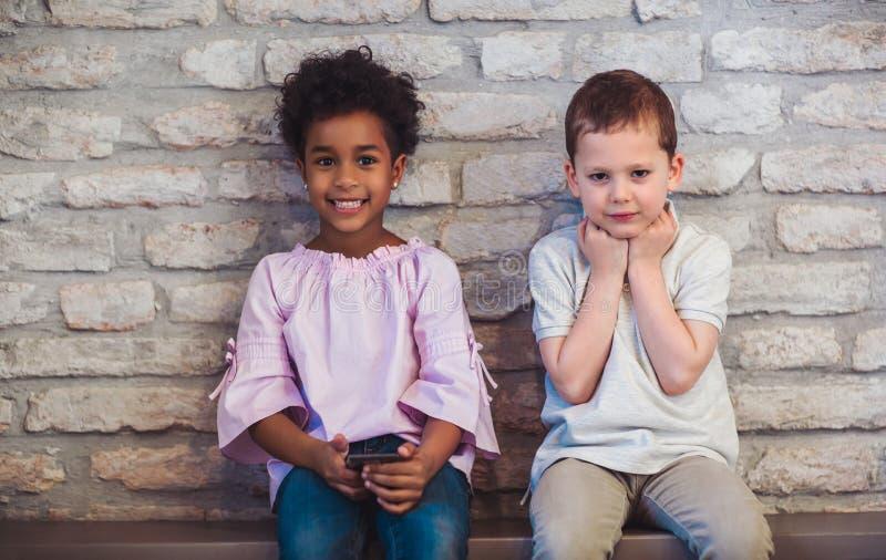 Amis d'enfants de diversité employant le concept de dispositifs de Digital photo libre de droits