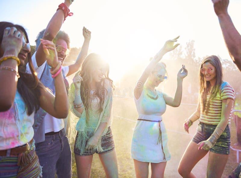 Amis dans des couleurs de holi célébrant le festival sur l'air frais photos libres de droits