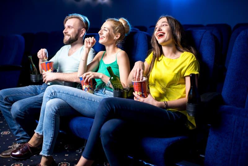 amis dans le cinéma image libre de droits