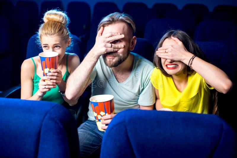 amis dans le cinéma photographie stock libre de droits