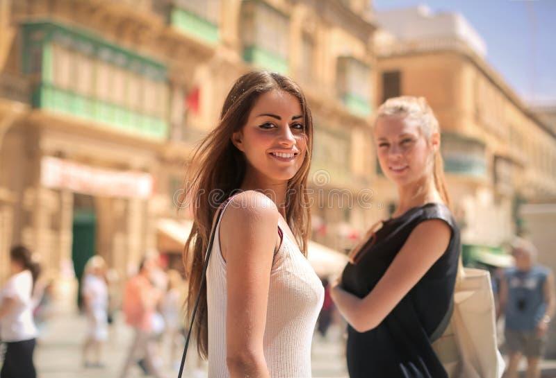 Amis dans une ville photo libre de droits