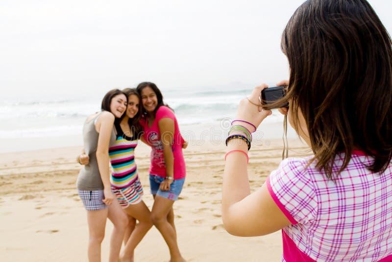 Amis de l'adolescence prenant des photos photo stock