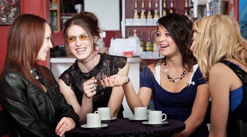 Amis de l'adolescence riants photos libres de droits