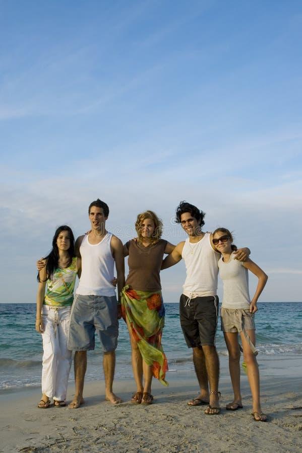 amis de plage jeunes photo libre de droits