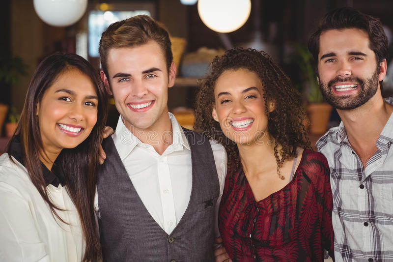 Amis de sourire avec des bras autour image libre de droits
