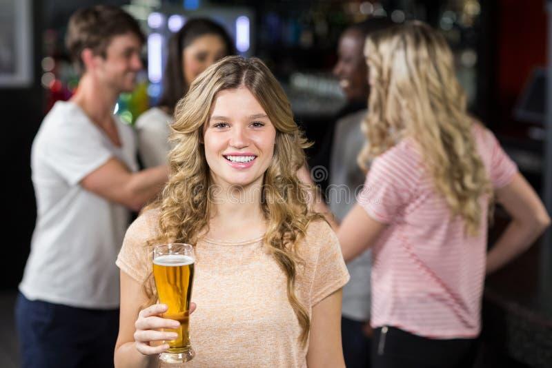 Amis de sourire ayant des bières images libres de droits