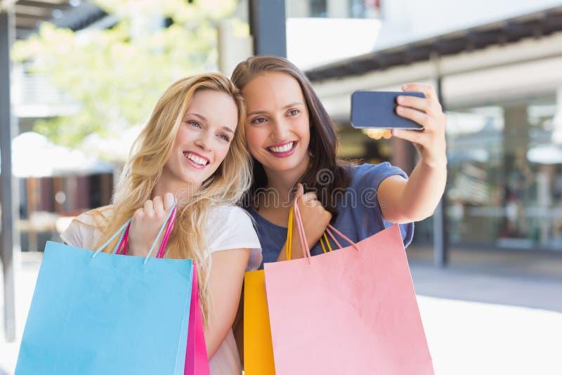 Download Amis De Sourire Heureux Prenant Un Selfie Image stock - Image du assez, sacs: 56489855